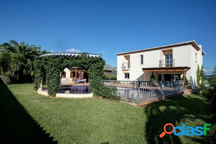 Hermosa mansión con gran jardín y privacidad