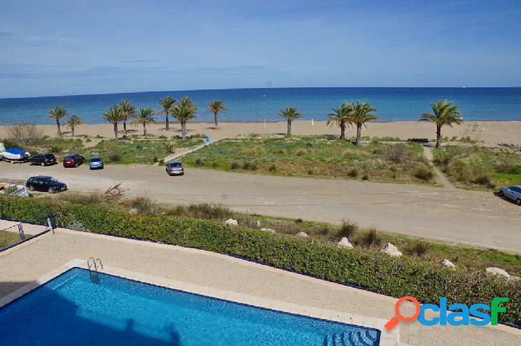Apartamento con 3 dormitorios en 1º línea con vistas al mar a 500 mts de denia