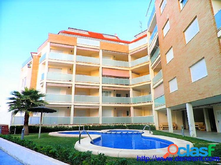 Apartamento en urbanización con 2 dormitorios en casco urbano próximo a la playa