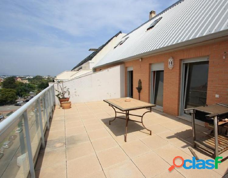 Atico dúplex con gran terraza y 4 dormitorios en casco urbano