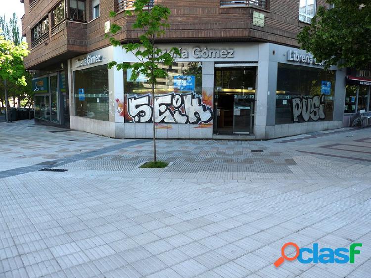 Gea inmobiliaria alquila local comercial en pio xii. con salida de humos. terraza.