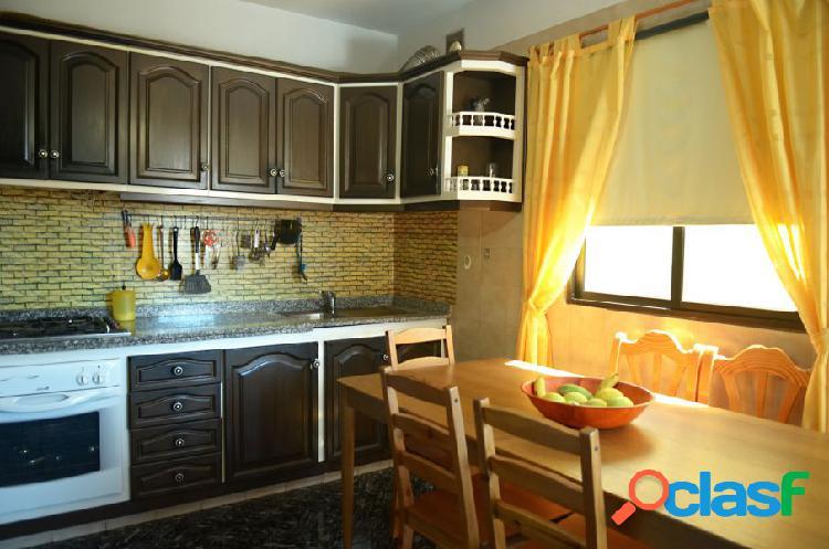 Casa de cuatro plantas con sótano, dos viviendas independientes y garaje. guargacho