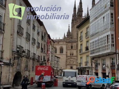 Llana de Afuera, frente a la catedral de Burgos. Impresionante local, en la mejor zona de la ciudad.