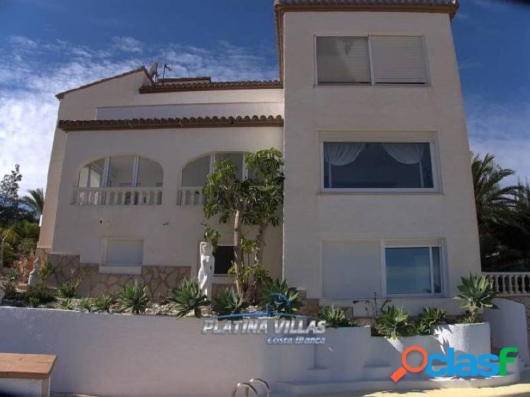 Agradable villa ubicada a 1800 metros del centro de calpe ofreciendo sensacionales vistas al mar.