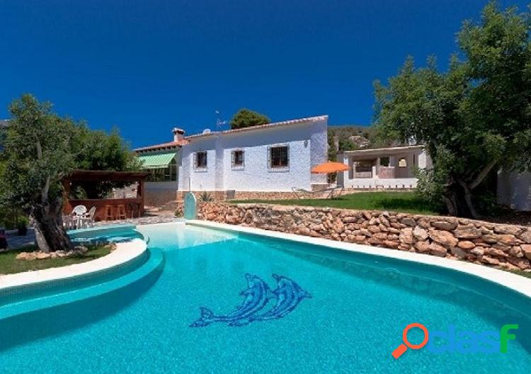 Chalet con precioso jardín y piscina de ensueño en una zona tranquila de calpe.