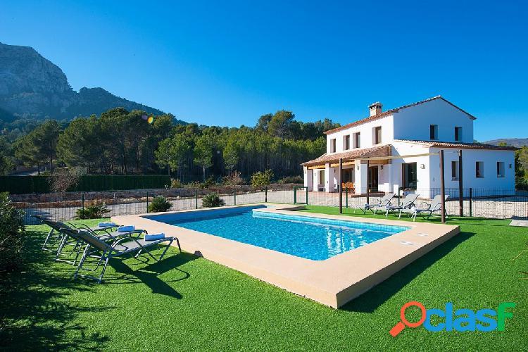 Excepcional villa con piscina privada situada en calpe.