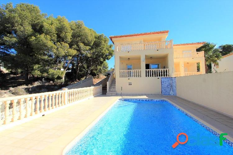 Villa adosada de cuatro dormitorios con piscina privada en calpe.