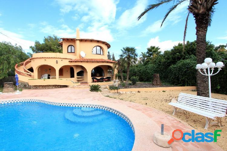 Villa con piscina privada, ubicada cerca al mar