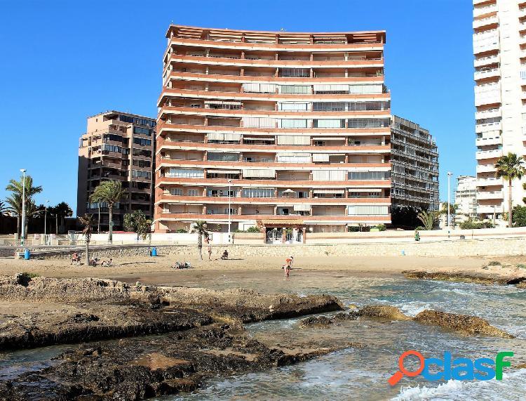 Se vende apartamento en primera linea de playa con increibles vistas al mar.