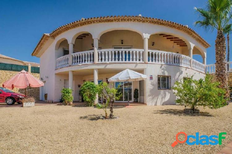 Villa de estilo mediterráneo con piscina privada en la nucía.