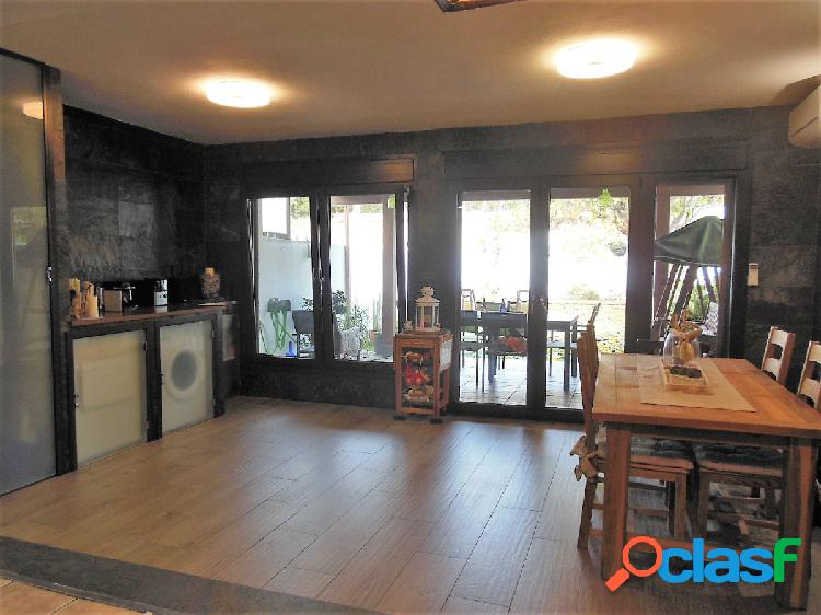 Casa adosada con amplio patio y garaje en san garcía