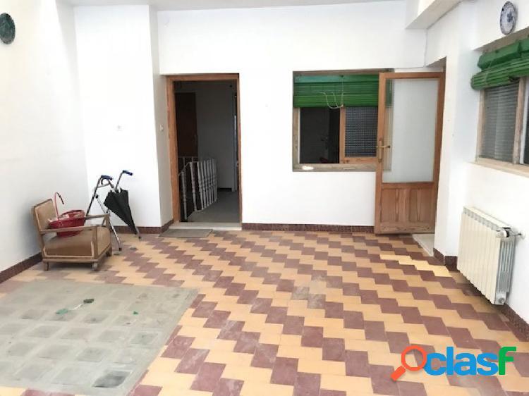 Local y piso con tejado nuevo en el centro de belmez