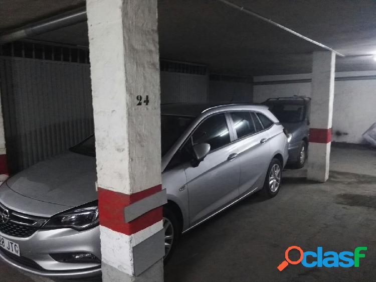 Plaza de garaje doble detras del hotel center