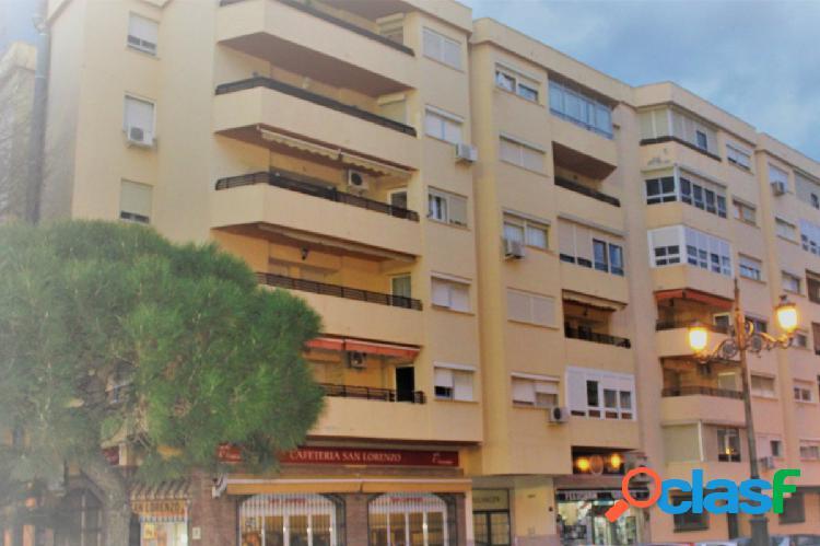 Apartamento de tres habitaciones en Estepona