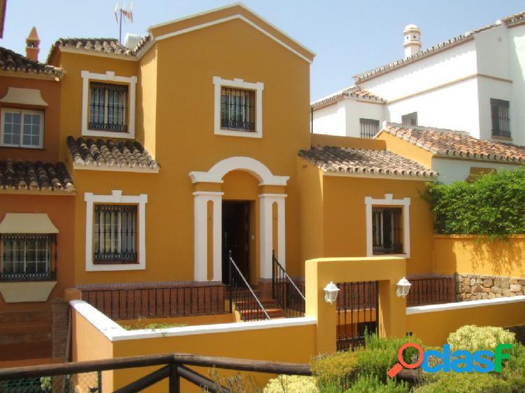 Casa familiar de cuatro habitaciones con apartamento de invitados en Urb. Jardines de la Bahía