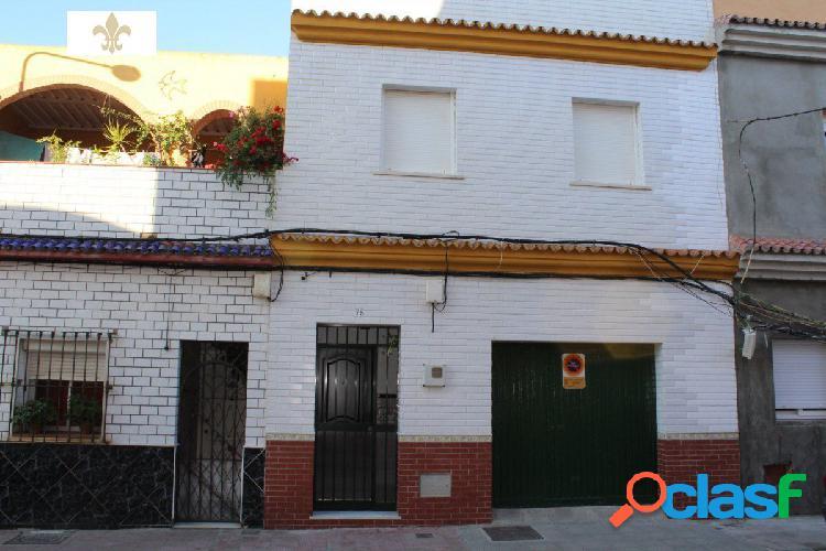 Casa familiar de tres habitaciones con garaje en calle jardines.