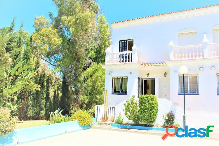 Impresionante casa familiar de tres dormitorios frontal al mar en venta.