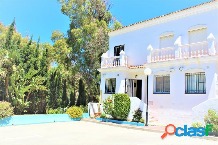 Impresionante casa familiar de tres dormitorios frontal al mar en venta. 1