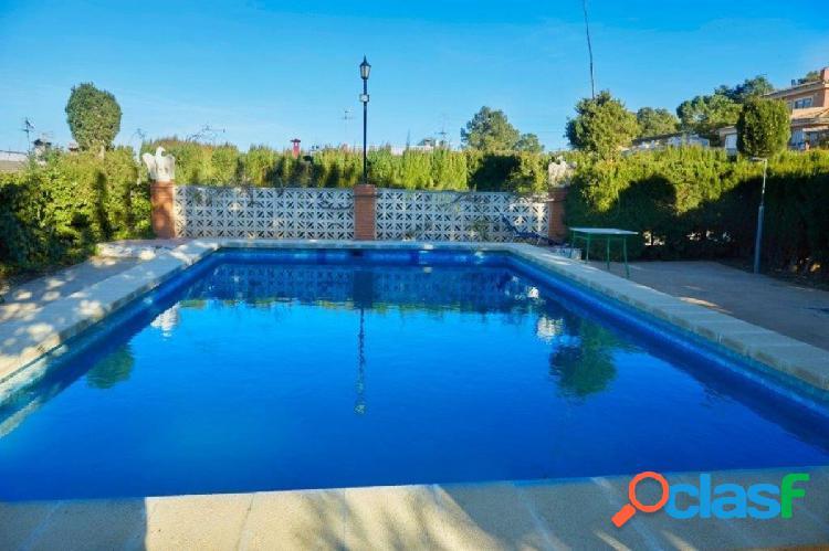 Chalet con terreno, piscina y zona deportivo, tan bien aparcamiento, almacén y paellero