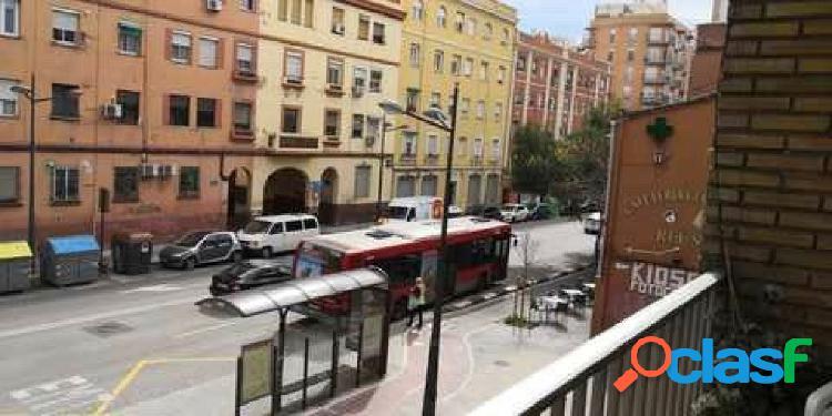 105 metros, 4 habitaciones, 2 baños, ascensor, suelos terrazo, balcón a la calle, muy luminoso