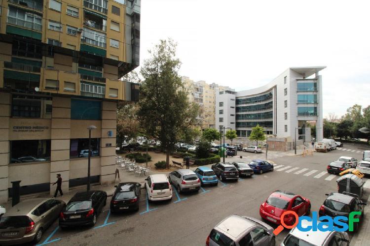 Piso 101+30 metros terraza, 4 habitaciones, aire acondicionado, calefacción central, detras palau