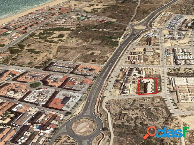 Solar con estructura y diferentes fases de obra ejecutadas. Sector Z.O.-3 en Guardamar del Segura.