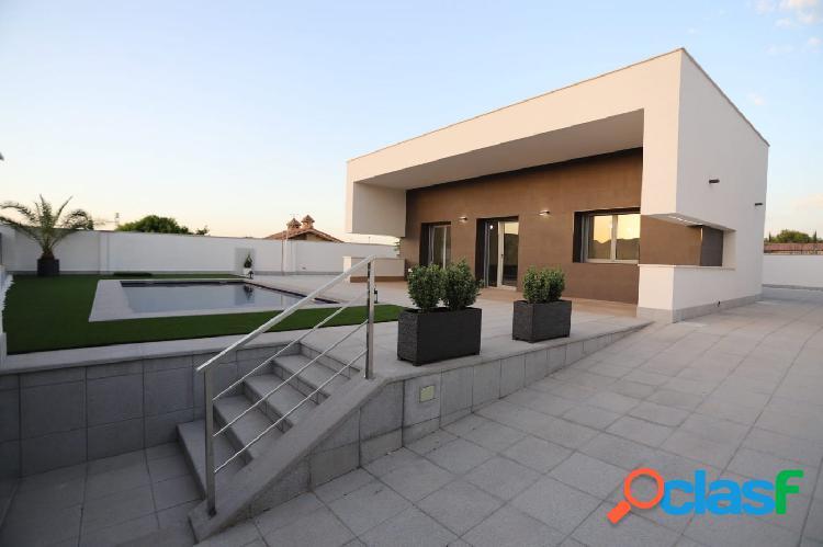 Chalet estilo moderno con piscina privada y jardín para coche en parcela de 500m2. 1