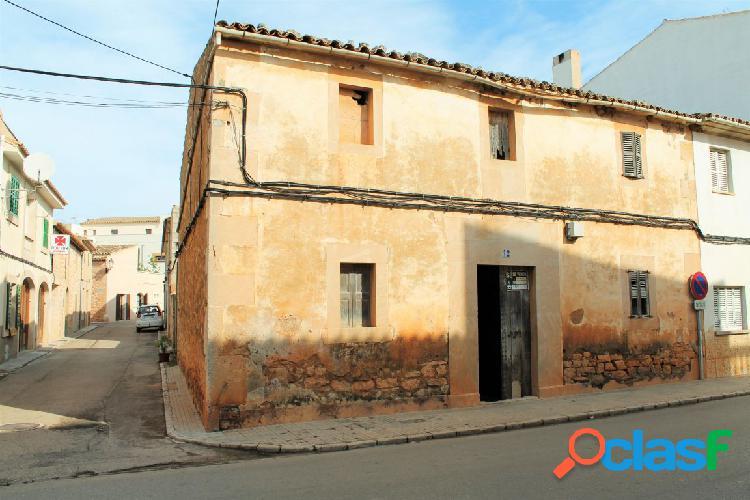 Casa mallorquina de más de 100 años en el centro de ses salines
