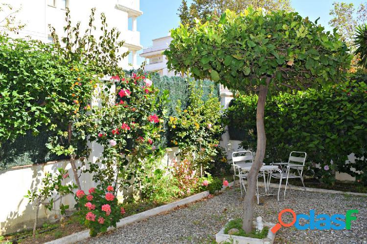 Disfruta de un jardín de 41m2 en la plaza remos de la carihuela