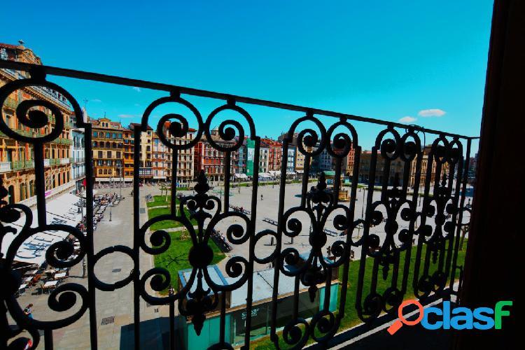 Piso con balcón a plaza del castillo
