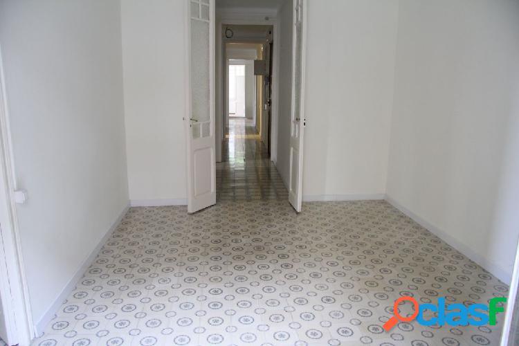 Amplio piso de 147 m2 situado en finca clásica