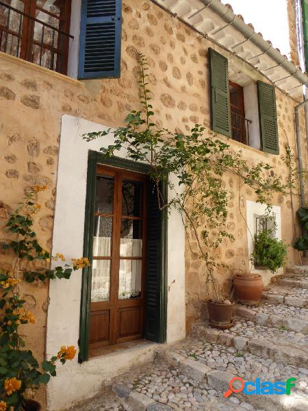 Casa de piedra de estilo mallorquín, situada en la calle mas pintoresca y famosa de fornalutx.