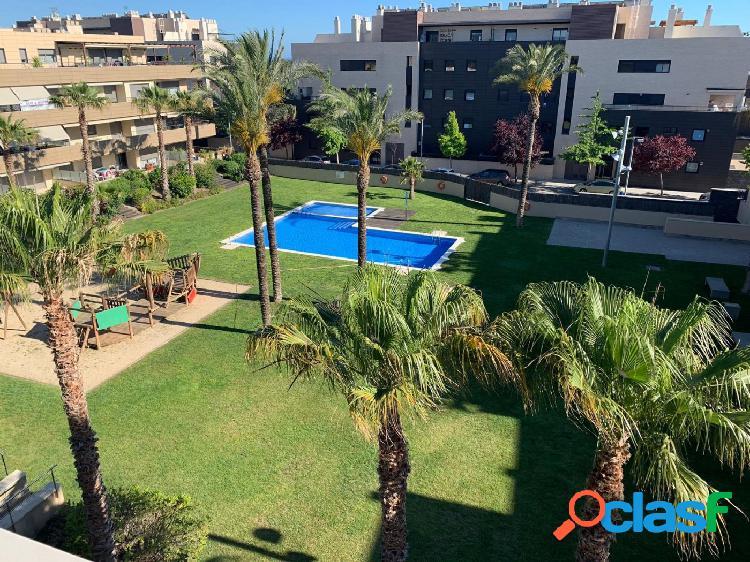 Fantástico ático en venta con piscina comunitaria y jardín,con parking en la zona de les llunes.