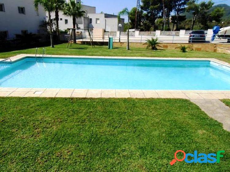 Apartamento en planta baja de 55 m2 con 2 dormitorios y terraza de 20 m2 con piscina