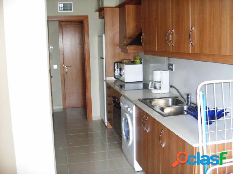 Piso de 90 m2 con 3 dormitorios dobles y 2 baños completos, semi nuevo.