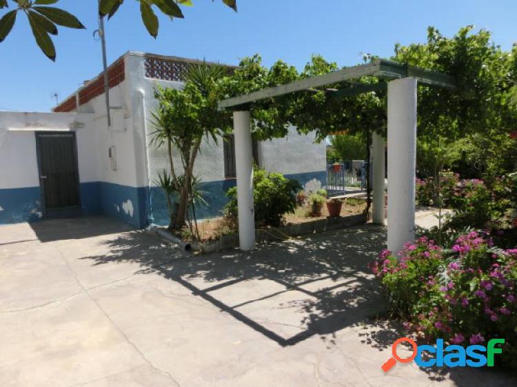 Chalet 125 m2 con parcela de 900 m2, 3 dormitorios, jardín, a 200 mts del mar.