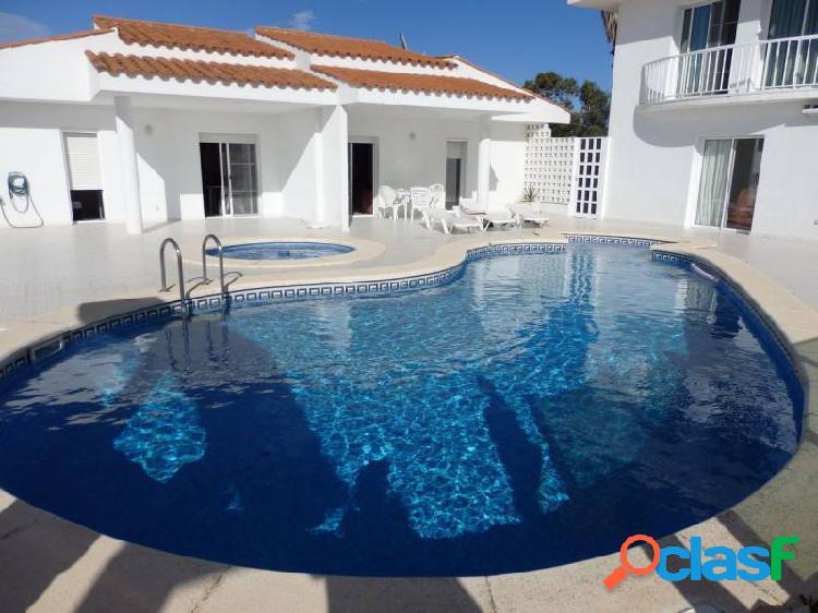 Chalet con piscina, pista de tenis y 2 casas de invitados