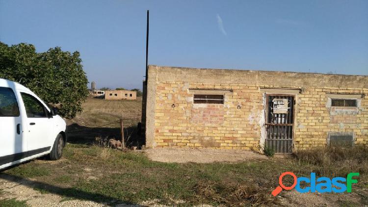 Sant carles de la ràpita, finca rústica de 7.000 m2 con casa para reformar, almacén y granja.
