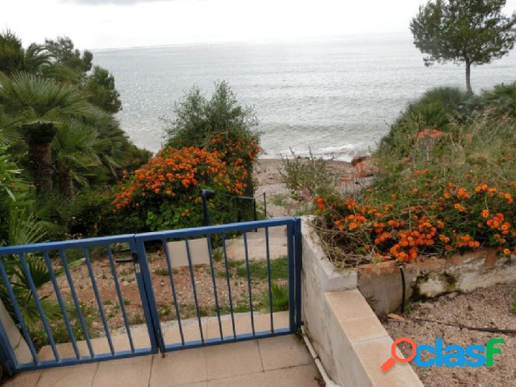 Planta baja de 2 dormitorios, amplia terraza. parking. piscina. rigurosa 1ª línea de mar