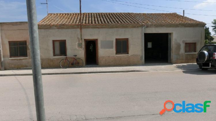 Casa de pueblo con 900 m2 de parcela con grandes posibilidades, zona tranquila