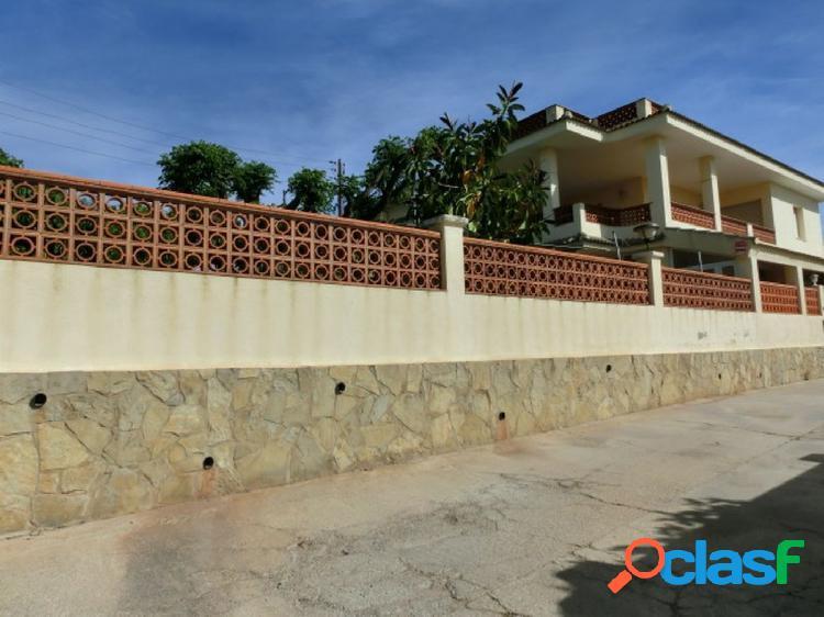 Chalet de 240 m2, parcela de 550. con 4 dormitorios. terrazas. jardín. vistas mar y montaña