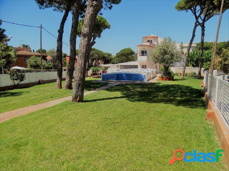 Fabulosa casa esquinera con impresionante jardin de 800m2 y vistas al mar.