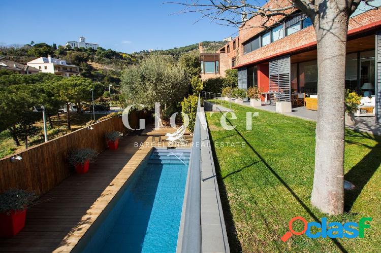 Casa con jardín y piscina y vistas al mar en barcelona