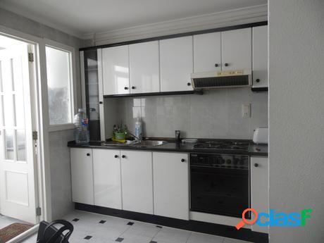 Piso de 3 habitaciones, muy luminoso,cocina office, baño completo, 3º sin ascensor