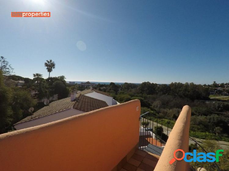 Adosada con vistas al mar en cabopino, marbella,malaga