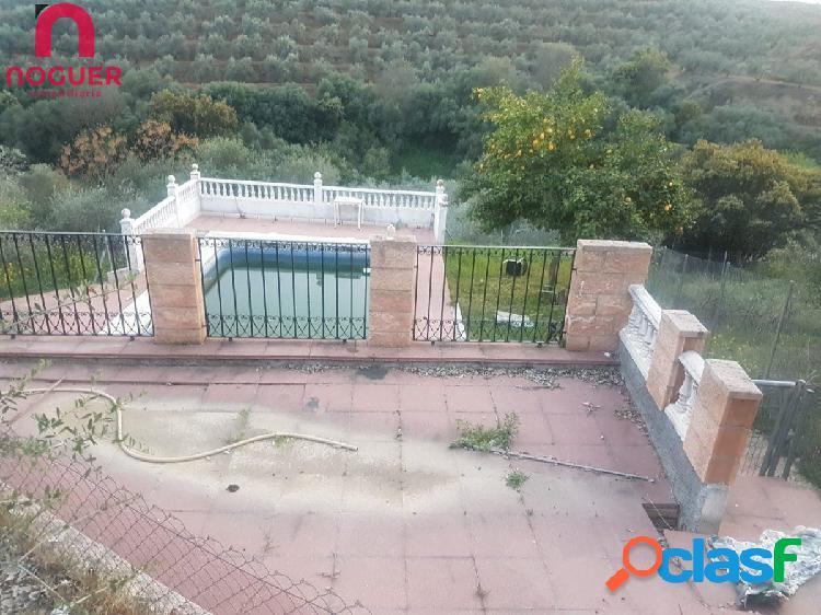 Casa de dos plantas con piscina y con agua potable