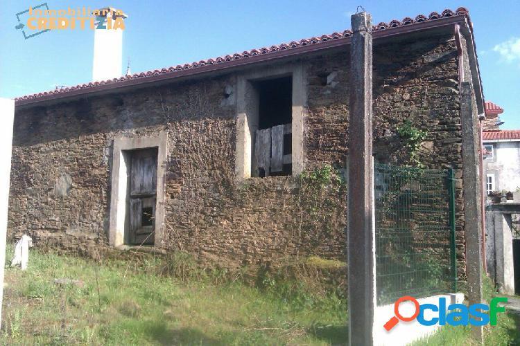 Casa de piedra con finca y horreo