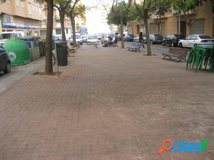Local con salida de humos chaflana a tres calles y da a una plaza.