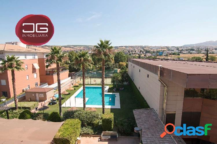 Gran ático con terraza en una de las mejores urbanizaciones de Granada. 2 plazas de garaje, trastero