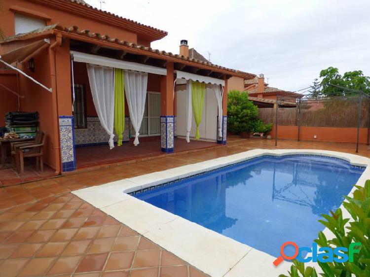 Villa independiente en urbanización cerrada, garaje, piscina propia, piscina comun, zonas comunes,